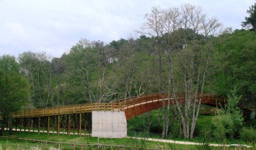 Pasarela de madera sobre el río Arenteiro (O Carballiño)